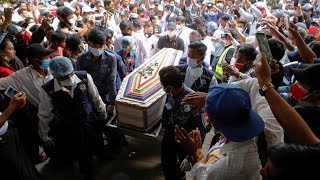 Birmanie :  obsèques d'une jeune manifestante au lendemain d'une journée meurtrière