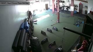 """""""بالفيديو"""" شاهد بيك اب ميتسوبيشي يخترق جدار قاعة تمرينات"""