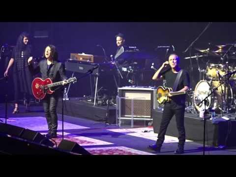 Tears For Fears - Crown Sings Happy Birthday To Curt - TD Garden, Boston 6-24-2017