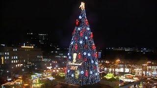 Weltgrößter Tannenbaum leuchtet wieder