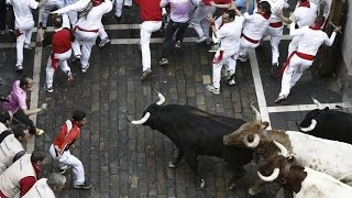 Испанская коррида / Толстяк смешно бежит от быка(Испанская коррида Толстяк смешно бежит от быка https://www.youtube.com/channel/UC3SkJpdquLE0mAyCYvCOXGg Полезные ссылки VK ..., 2015-04-16T12:31:40.000Z)