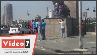 بالفيديو.. الصبية يتسلقون السياج الحديدى لالتقاط الصور بجانب أسود قصر النيل