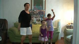 Mi mamá cantando Show Me de Big Time Rush para el concurso de Por Ti
