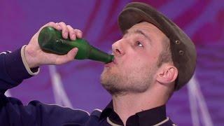 """Iluzjonista udawał pijanego na scenie """"Mam Talent!"""" Musicie to zobaczyć!"""
