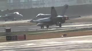 米軍岩国基地を離着陸するFA-18ホーネット戦闘機と基地調査する日本共産党衆院比例中国ブロックの石村智子さん。