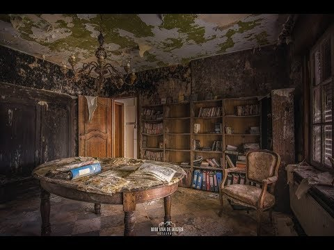 Moldy Abandoned Home Filled With Beautiful Antiques