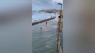 Maltempo, Gallipoli invasa dal mare: le onde spingono l'acqua anche nei vicoli