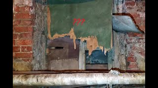 Подвал допотопного дома.Окна с деревянными рамами под землёй.