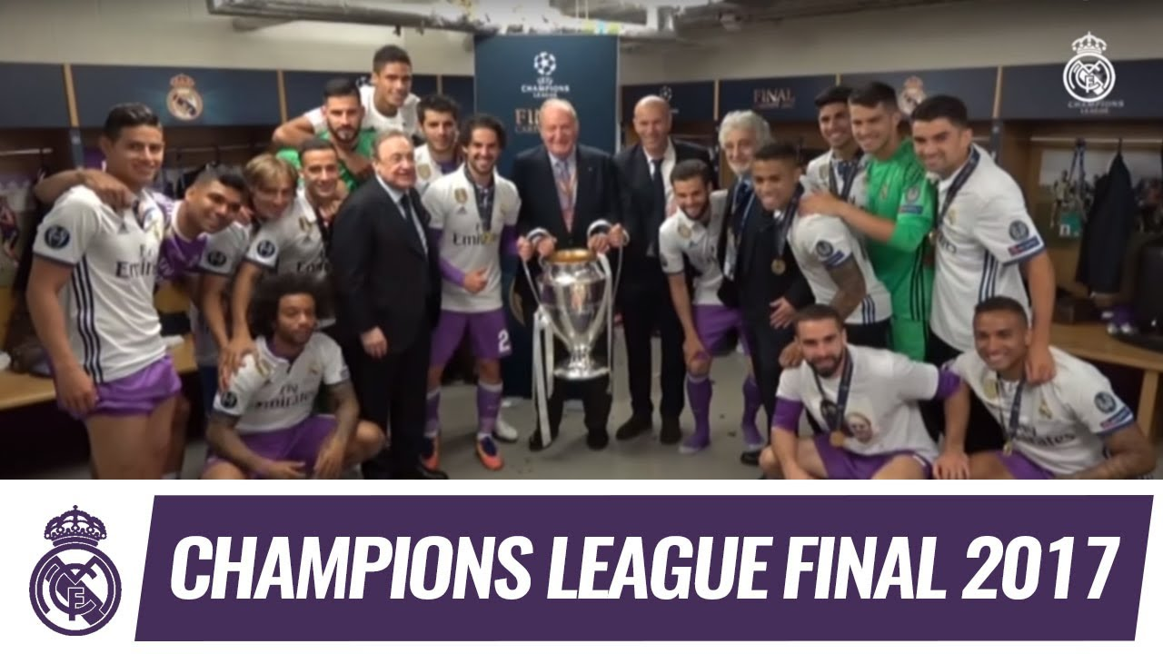 King Juan Carlos congratulates the squad in the dressing room ...