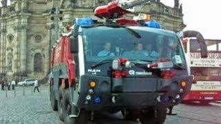 33 Feuerwehrautos und ein Polizeiwagen