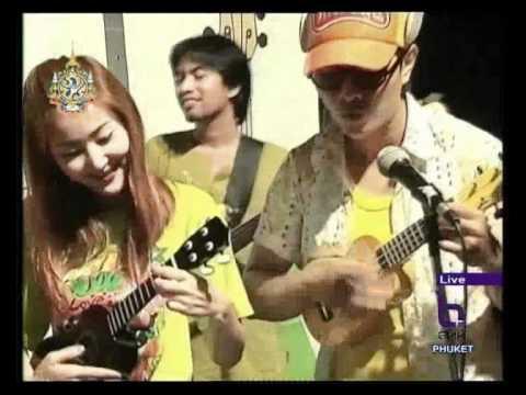 ukulele-guitar-playing-at-ko-yao-yai-island