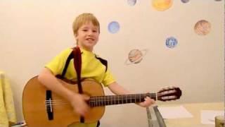 Прикол, прикольно играет в 7 лет на гитаре и поет