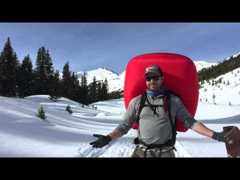 Vídeo en anglès del model de coixí de seguretat que va utilitzar el del primer vídeo. El reconeixeràs pel soroll que fa l'aire a pressió que infla aquest salvavides. Recorda ... molta precaució si vas a la muntanya. Aviat comença la temporada de desglaços.