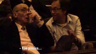 José Saramago assiste Ensaio Sobre a Cegueira.