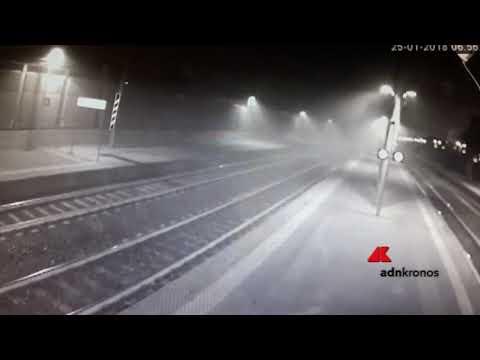 Incidente treno, le scintille e il fumo prima dell'impatto...
