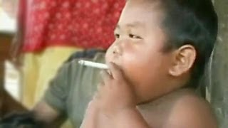 видео Дым сигарет с малышкой