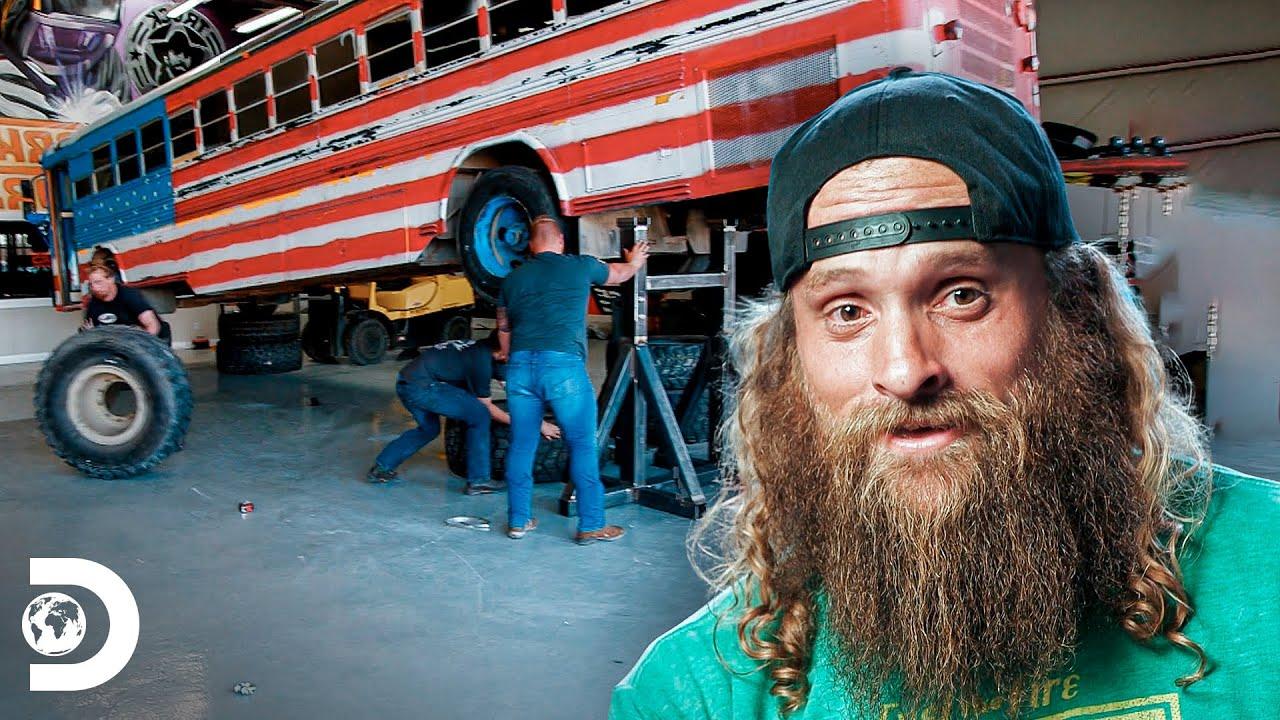 """Trabalho pesado parte 1: construindo ônibus escolar """"monstro""""   Movidos a Diesel   Discovery Brasil"""