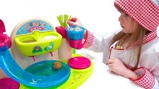 Los niños juegan juegos divertidos con dulces