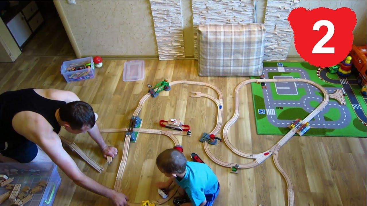 Тоботы собирают деревянную железную дорогу. Игрушки для детей .