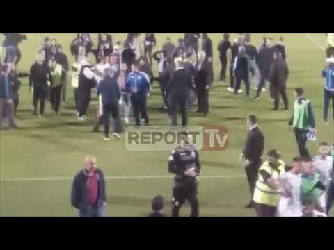 Incident në ndeshjen Tirana-Kukësi, tifozët hyjnë në fushë, revoltohen ndaj lojëtarëve bardheblu
