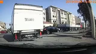 Bakıda yük avtomobili qəzaya səbəb oldu - DƏRHAL ARADAN ÇIXDI