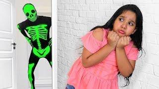 شفا خافت من الهيكل العظمي !!! Shfa is playing with Green Body Suit