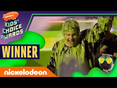 "David Dobrik Gets Slimed, Hugs Josh Peck, & Wins ""Favorite Social Star"" 