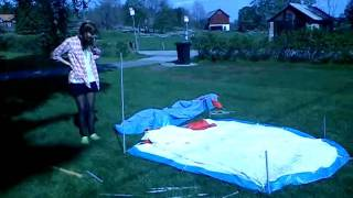 22. Sätta upp ett tält.