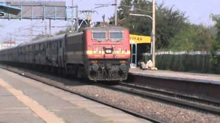 Speedster CNB WAP-4 leading Gomti Superfast screams at shouting EMD, and tears past Anand Vihar!!