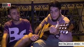 Таджик классно поет под гитарой  лайли лайли / мардака чи мехра? - мардака зан мехра 🎼🎸