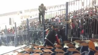 بالفيديو.. مشجع يتسلق السور في ودية مصر تونس للتصوير مع أكرم توفيق