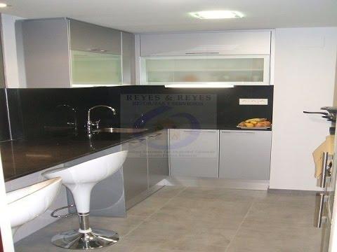 Ampliaci n de cocina con puerta corredera de cristal youtube - Puerta cristal cocina ...