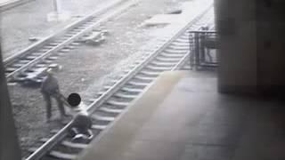 بالفيديو.. رجل ينقذ آخر في من دهسه بالقطار في آخر لحظة