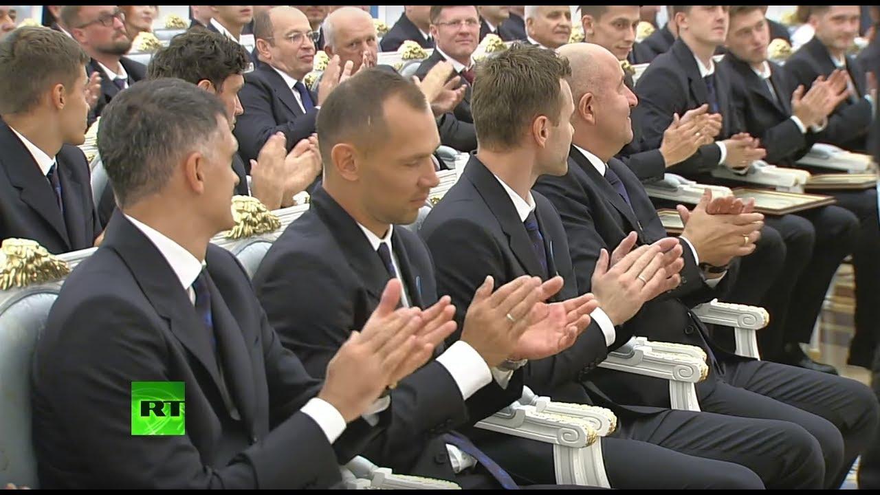 Путин вручает госнаграды тренерам и футболистам сборной России