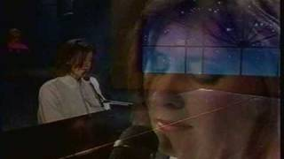 Marie Philippe au piano chante