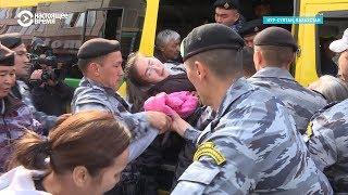Мать с малолетними детьми пытается отбить дочь у полиции