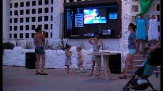 Коктебель 2019 Крым камера девушка поет караоке на украинском языке