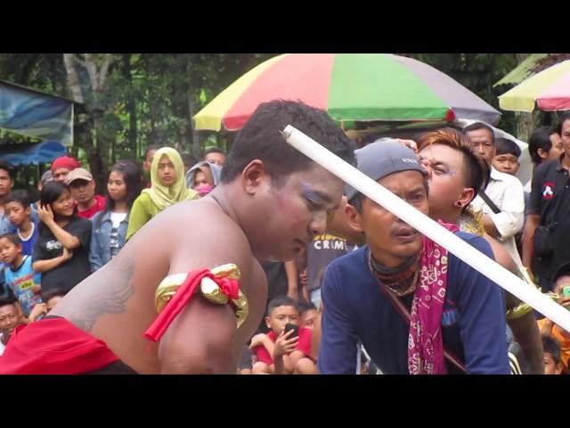Makan Kaca Ebeg Teater Janur di Monumen Jendsud Karanglewas Purwokerto