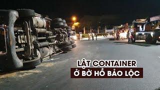 Xe container lật ở bờ hồ Bảo Lộc, nhiều người may mắn thoát nạn