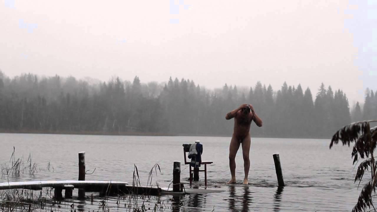 парни купаются на озере видео курсанты