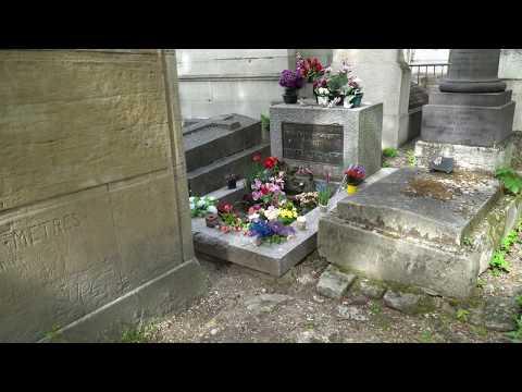 Jim Morrison Tomb on the Pere Lachaise cemetery in Paris / Могила Джима Моррисона. Пер Лашез, Париж