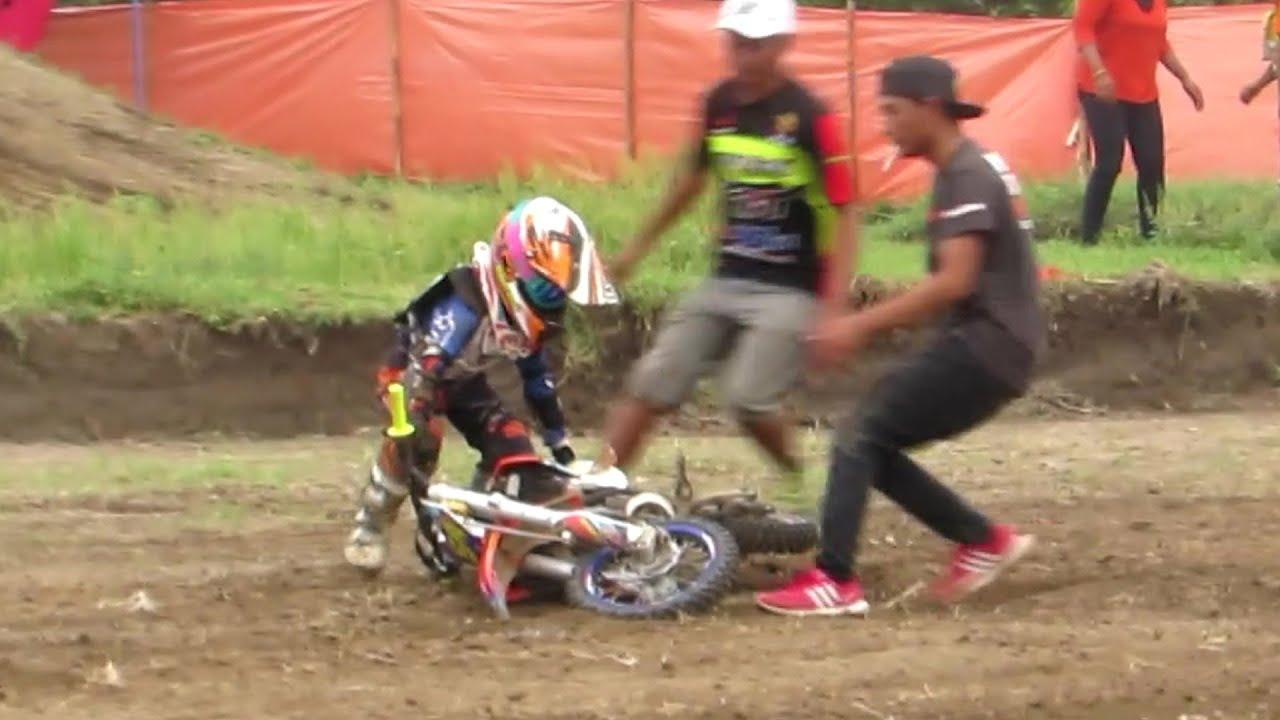 Anak Kecil Balap Motor Cross Terjatuh Kejuaraan Nasional Motocross
