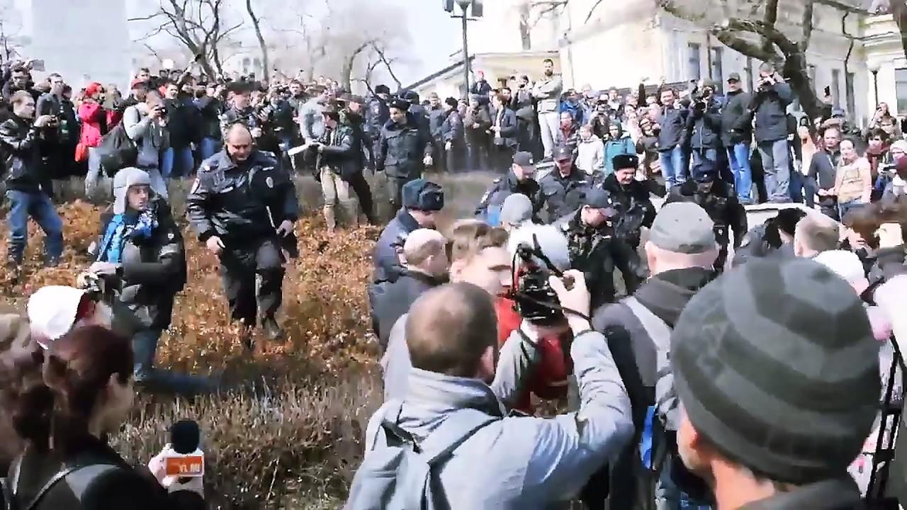 На х… ментов! Драка на митинге Навального. Владивосток 18+