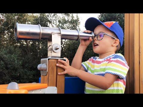 Ángel Juega En Parque De Juegos. Juego En El Parque Infantil Para Niños