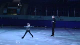 Юный фигурист долго заходит на прыжок. Евгений Плющенко внимательно наблюдает.Ну когда же?))