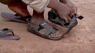 Кенийские дети носят обувь, которая растёт вместе с ними