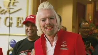 بالفيديو: ملياردير بريطاني يعمل مضيفة طيران !!