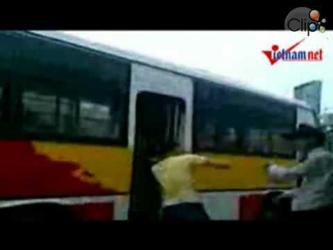 Moc Tui  Cướp giật đánh người ở bến xe bus Cầu Giấy.mp4