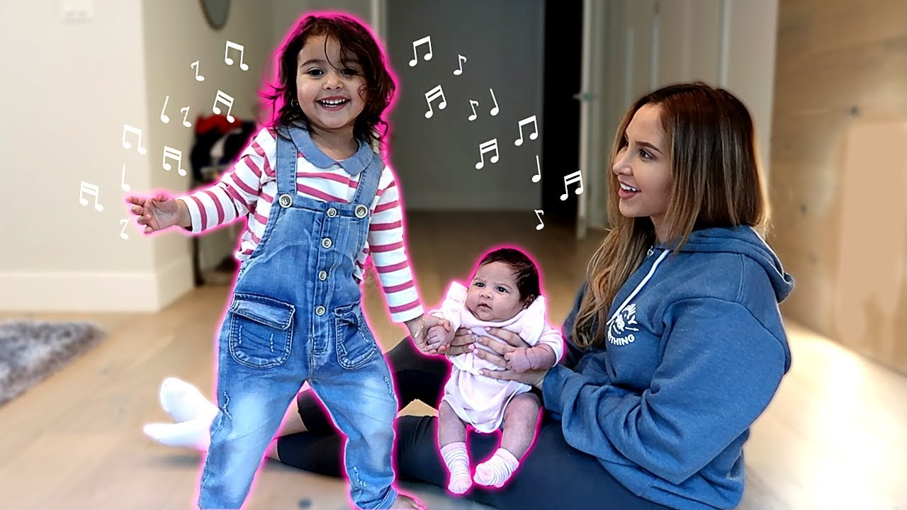 elle-teaches-her-baby-sister-how-to-dance-adorable-dancing-sisters