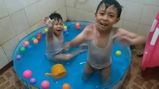 Serunya main air di kolam di kamar mandi